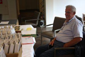 Jan Renes geeft de mappen uit